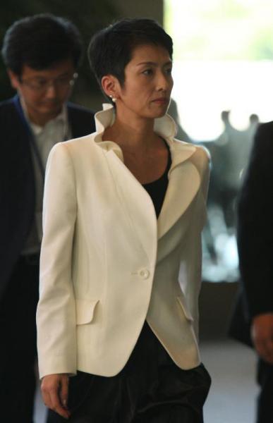 菅改造内閣での官邸「呼び込み」。白の襟立てジャケットで=2010年