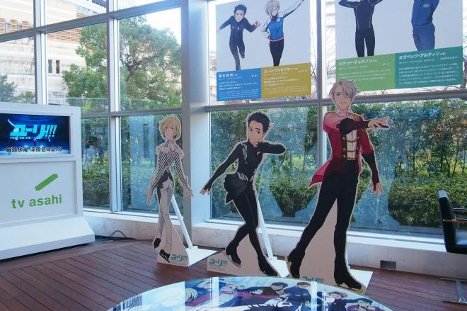アニメ「ユーリ!!! on ICE」とコラボしたカフェの店内。アニメキャラの等身大パネルが迎えてくれる