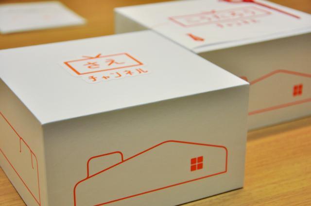 箱のステッカーを家族の名前にすることができる。社内では「ラベル」をきれいに貼ることにこだわる職人のようなメンバーもいるという