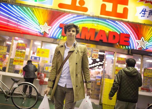 スーパーで米と卵とシイタケを買ったフランス人の男性。食費を抑えるため、宿でオムレツをつくるという=大阪市西成区