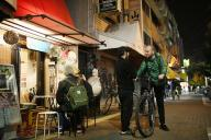 喫茶店の前で店主と立ち話をするフランス人の男性=大阪市西成区
