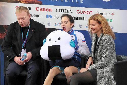 GPファイナル女子SPの演技後、おにぎりのマスコットを抱えて得点を待つエフゲニア・メドベジェワ=遠藤啓生撮影