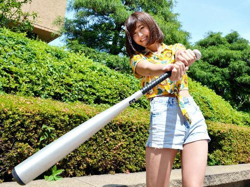 野球少女だった経験を生かしてウェブCMで「神スイング」を披露した稲村亜美さん=2015年6月10日