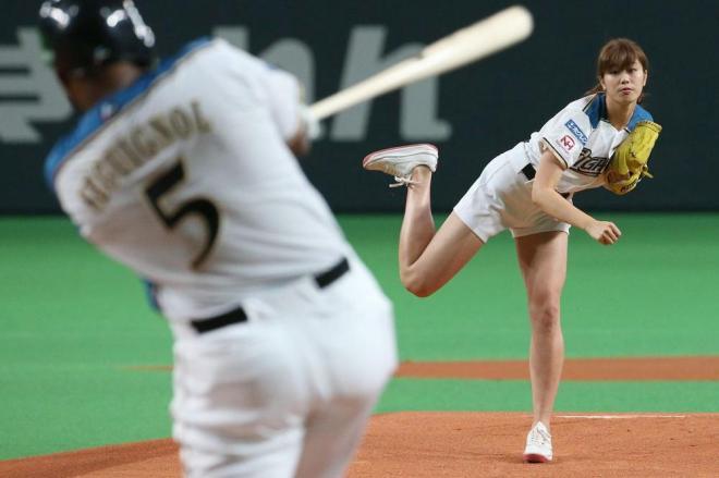 セギノールと対戦した稲村亜美さん=2016年6月28日、札幌ドーム