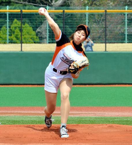 始球式に臨んだ稲村亜美さん=2016年4月9日、川口市営球場