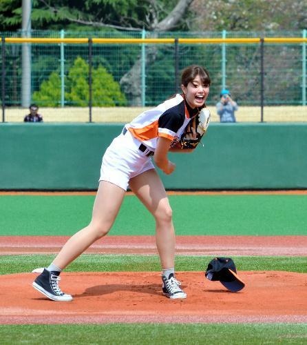 始球式に臨んだ稲村亜美さん。帽子を飛ばしながらの力投を見せた=2016年4月9日、川口市営球場