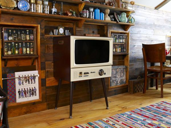 ドウシシャの昭和レトロなテレビ「20型 ハイビジョンLED液晶テレビ VT203-BR」