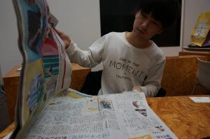 得意の「死んだ魚の目」で新聞を読む高野さん