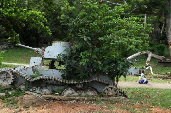 「ラストコマンドポスト」近くに置かれた旧日本軍の九五式軽戦車=8月28日、北マリアナ諸島・サイパン島、橋本弦撮影