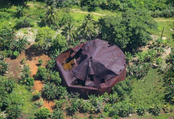かつて夏島と呼ばれたトノアス島には、朽ち果てた旧日本軍の燃料タンクが残っていた=8月30日、ミクロネシア連邦・チューク諸島、朝日新聞社機「あすか」から、橋本弦撮影