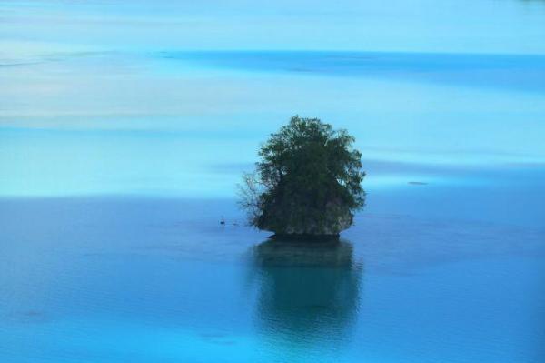 ロックアイランド群には無数の島が点在し、美しい風景を作り出している=8月29日、パラオ、朝日新聞社機「あすか」から、橋本弦撮影