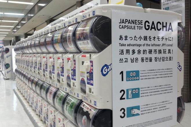 成田空港に設置された大量のガチャ。全部で171台ある