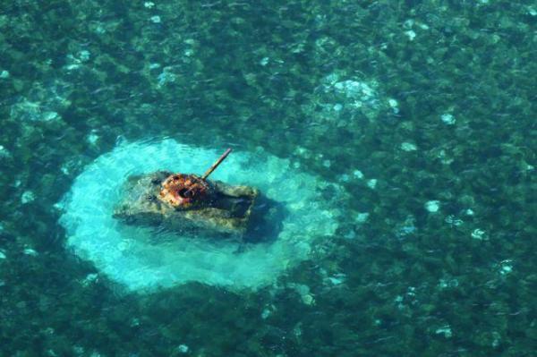チャランカノア海岸の浅瀬に残されたアメリカ軍のシャーマン戦車=8月27日、北マリアナ諸島・サイパン島、朝日新聞社機「あすか」から、橋本弦撮影