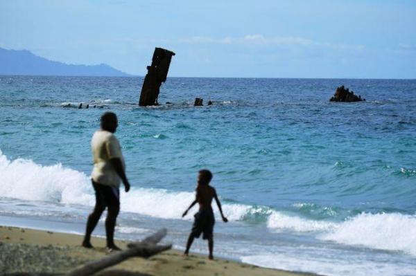 海岸からすぐ近くに見える「鬼怒川丸」。海岸には海水浴を楽しむ観光客や地元の人たちの姿が見られた=9月3日、ソロモン諸島・ガダルカナル島、橋本弦撮影