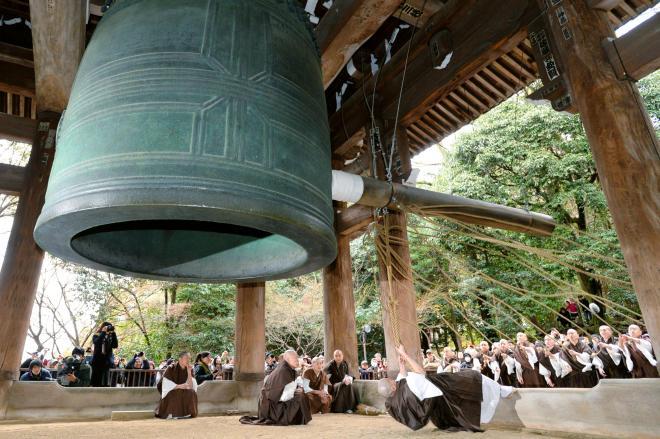 年の瀬も押し迫り、除夜の鐘の試しづきをする僧侶たち=京都市の知恩院