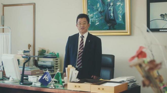 動画には原田俊平町長も登場する