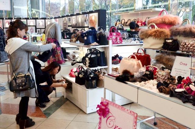 「ナゴヤジェンヌ」テイストの商品が並ぶ催事会場=名古屋市中区の松坂屋名古屋店