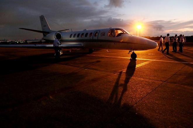 日の出前、南洋に向け出発準備をする朝日新聞社機「あすか」=羽田空港
