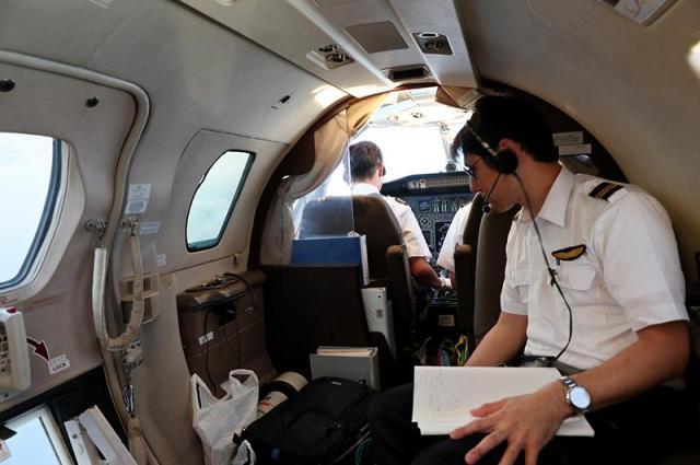 「あすか」の機内。左奥が機長が座る操縦席で、その背後の窓が撮影窓