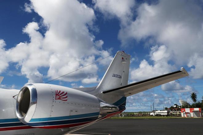 チューク国際空港に駐機する朝日新聞社機「あすか」