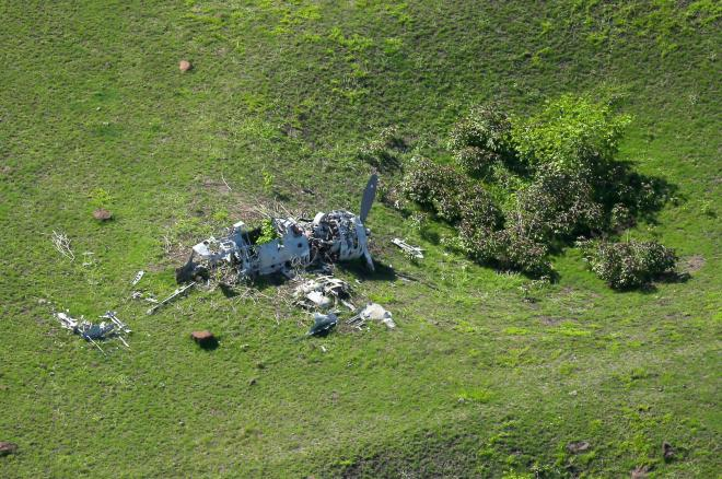空爆でできたクレーターがいくつもある草原に残された朽ちた零戦。風雨にさらされたためか、まるで白骨のように機体を草原に横たえていた=北マリアナ諸島パガン島