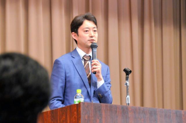 11月に千葉市内であった「千葉LGBTシンポジウム」で話す熊谷俊人・千葉市長=千葉市中央区