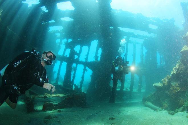 ソロモン諸島ガダルカナル島のタサファロング海岸に沈む輸送船「鬼怒川丸」。船体の骨組みなどが残っていた