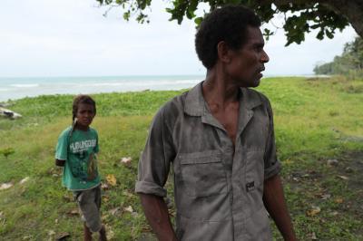 人気のない海岸でも、どこからともなく村人が現れる=ソロモン諸島ガダルカナル島