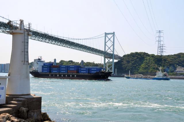 白波が立つほどの急流で知られる早鞆瀬戸(はやとものせと)。上にかかるのは関門橋=北九州市門司区