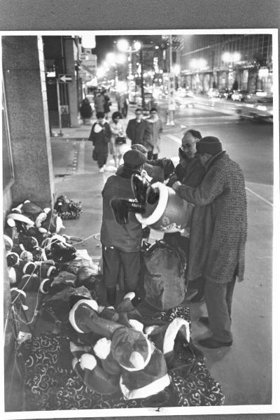 初雪が降ったイブの日、寒さや不況のせいで売れ残ったサンタ人形=1965年12月24日、東京・銀座