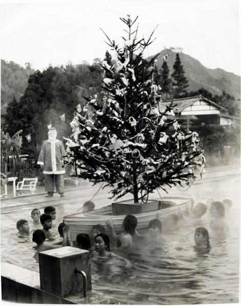 ツリーを載せた舟を押し、温水プールを一周するイベント=1959年12月