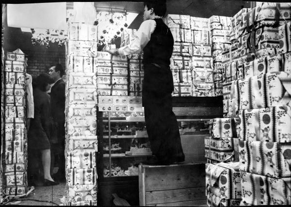 積み上げられたクリスマスケーキの箱=1970年12月24日、東京・新宿