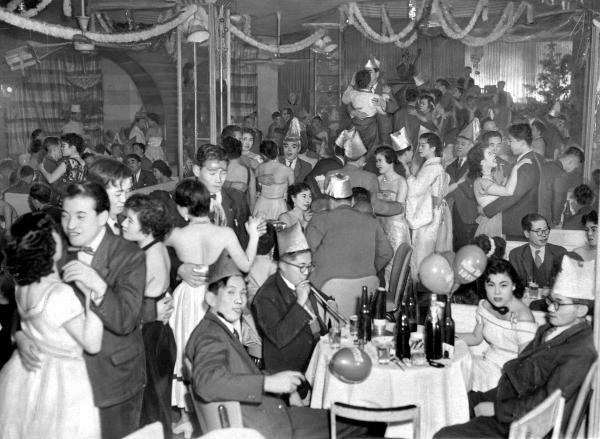 イブの夜、キャバレーに繰り出した人たち=1955年12月24日