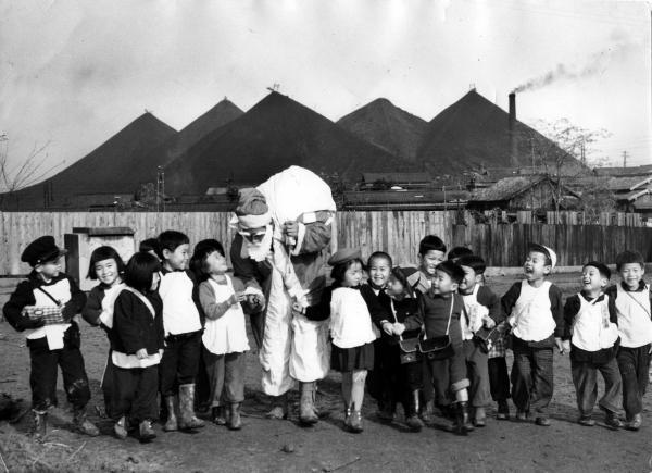地方の炭鉱にもサンタがやってきた=1952年12月、福岡県飯塚市