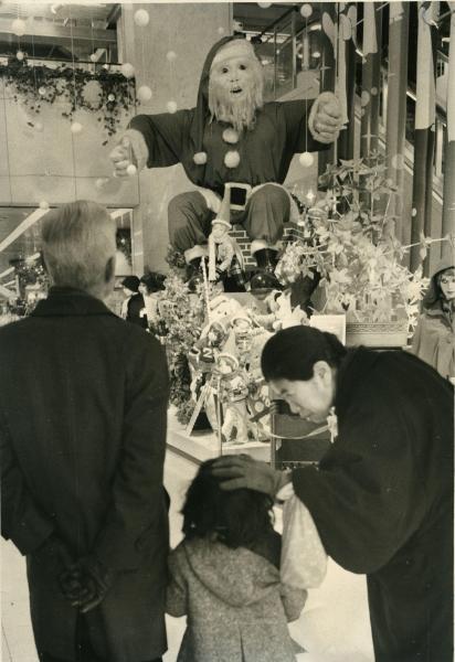 オイルショックのあおりで、制作費が半減したクリスマスの飾り=1974年12月24日、東京・銀座