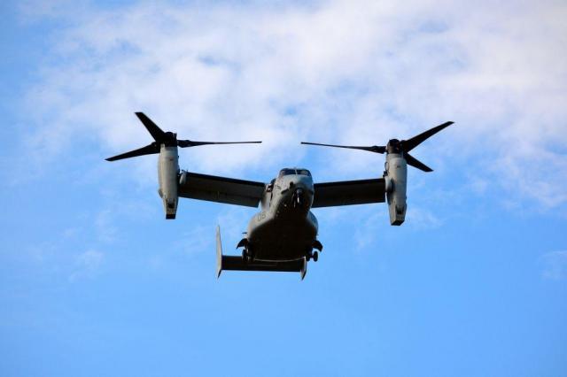 住宅街上空を飛ぶオスプレイ