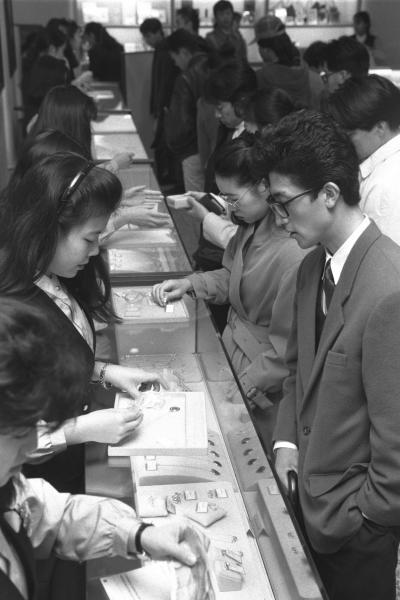 バブル景気まっただ中、ティファニーの店にはペンダントを求める人が詰めかけた=1990年12月21日、東京・銀座
