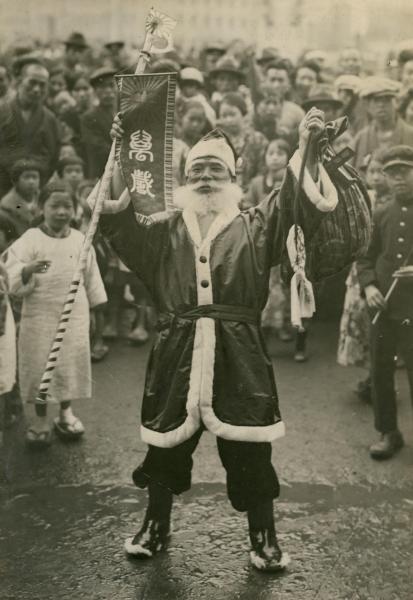 昭和天皇即位の「御大典」に現れ、拍手喝采を浴びたサンタクロース=1928年11月14日、大阪市