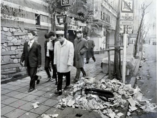 クリスマスの朝、道ばたに散らかった紙くず=1960年12月25日、東京・新宿