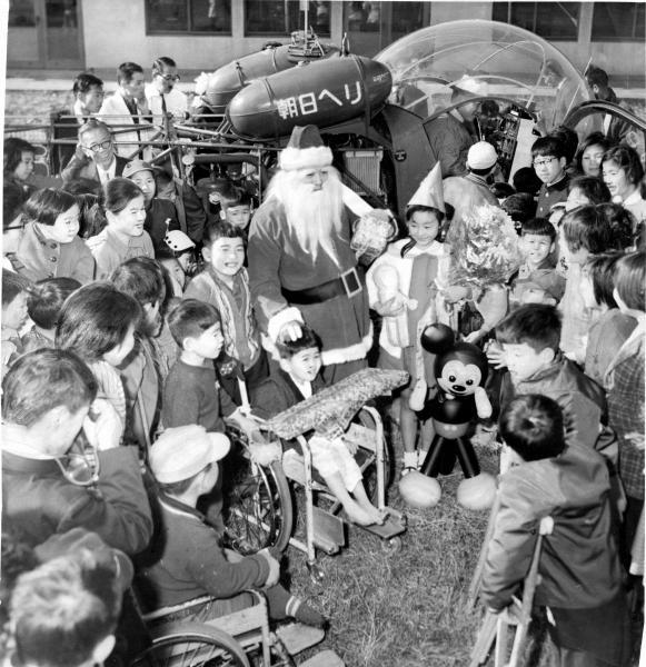 障害者施設に、ソリではなくヘリで現れたサンタ=1961年12月、東京都板橋区