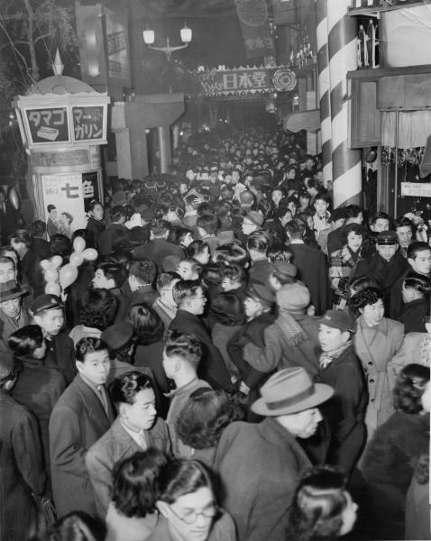 クリスマスイブの銀座通りは、大勢の人ですし詰め状態=1952年12月24日、東京・銀座