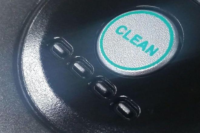 真ん中の「CLEAN」ボタンを押すと、巻き尺が中に収納される