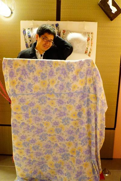 壁に設置されている畳の上に布団のセット。布団の中に入って(立って?)記念撮影 ※ロマンポルノのブースは現在はありません