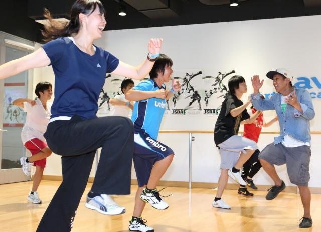 ダンス必修化を受け、ダンススクールでヒップホップダンスのレッスンを受ける教師たち