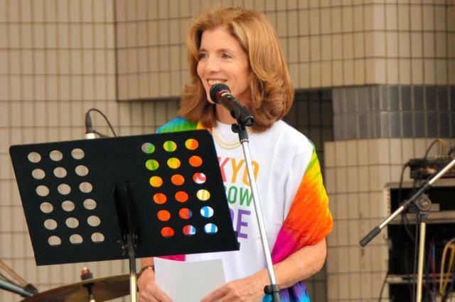 「東京レインボープライド2016」であいさつするキャロライン・ケネディ駐日米国大使=2016年5月8日、東京・代々木公園、二階堂友紀撮影