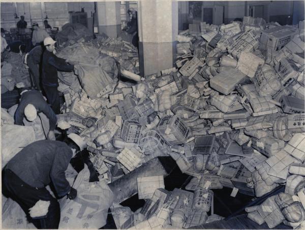 東京中央郵便局で、無造作に積み上げられたクリスマスプレゼントの山=1954年12月18日、東京都・丸の内
