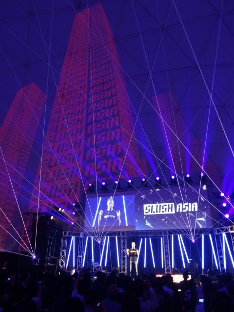 2015年4月に開かれたスラッシュアジア。ロックコンサートのようなステージ演出の中で、起業家が体験談を語り、自らの事業を投資家に説明した=東京都江東区