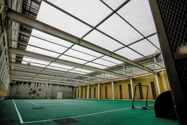 東日本入国管理センターの運動場。天井にも金網が張り巡らされている=茨城県牛久市、鬼室黎撮影