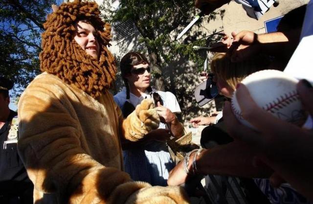 着ぐるみを着たジョバ・チェンバレン=2007年9月、ロイター