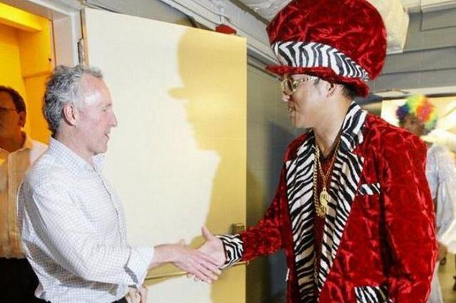 ドジャースのフランク・マコートオーナーと握手する黒田=ロイター